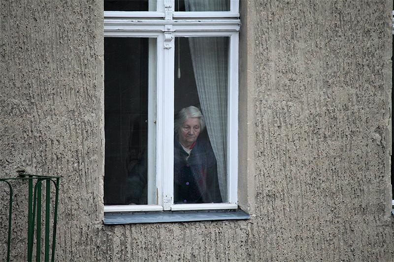 Señora mirando por la ventana